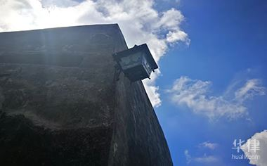 鄰居違章裝防護欄遮擋光線如何處理